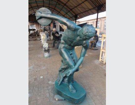 human size Iron Casting Statu hold frisbee